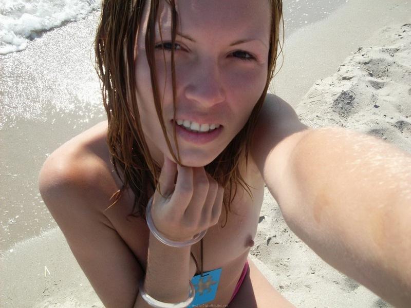 Безотказные сеньориты соблазняют маленькими сисями на пляже