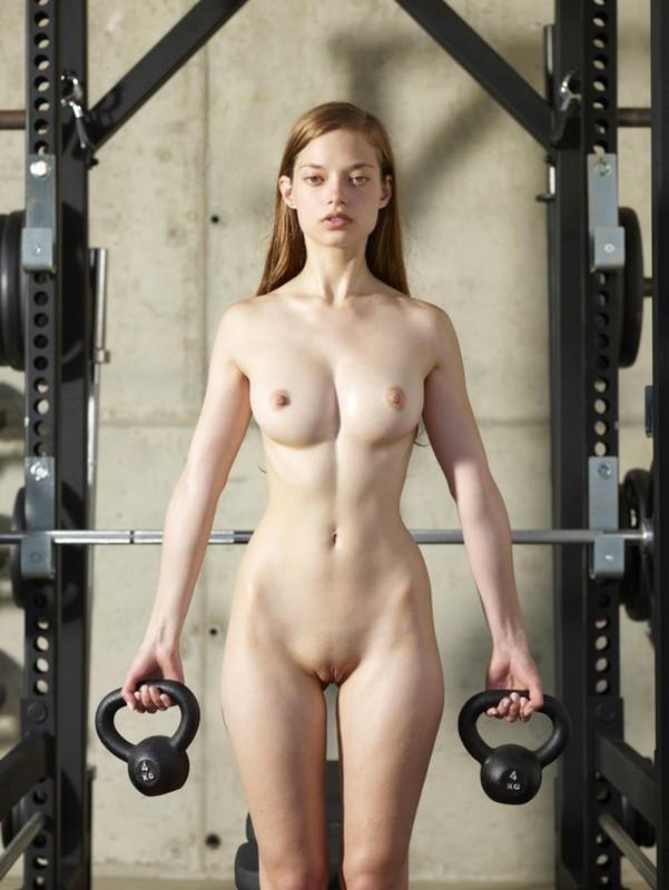 Сексапильная модель голышом в тренажерном зале