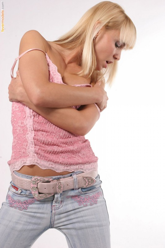 Стройная блондинка крутит упругой попкой