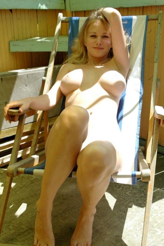 Блондинка сверкает оголенной плотью на балконе