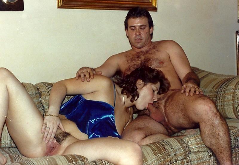 Кучерявая пошлячка проникает в волосатую киску секс игрушками