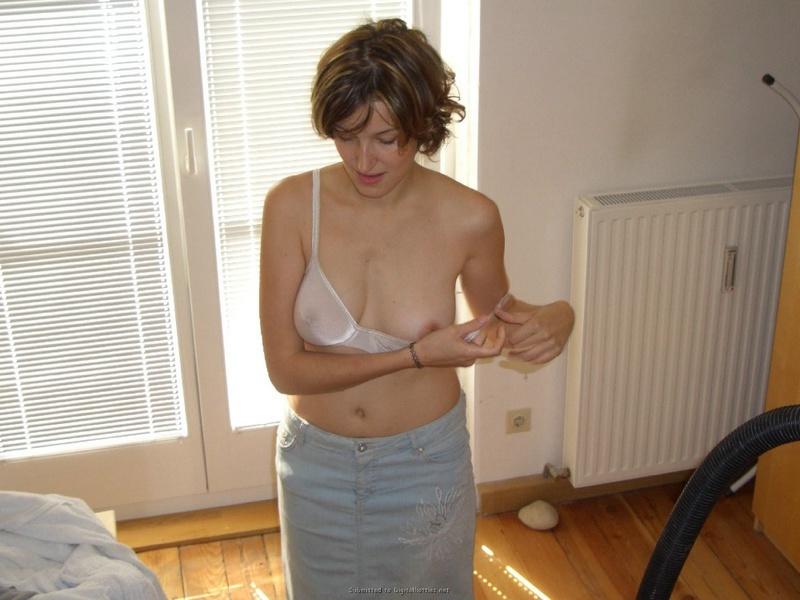 Стеснительная домохозяйка в сексуальном белье