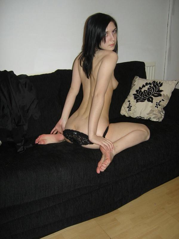 Худощавая брюнетка оголилась на диване