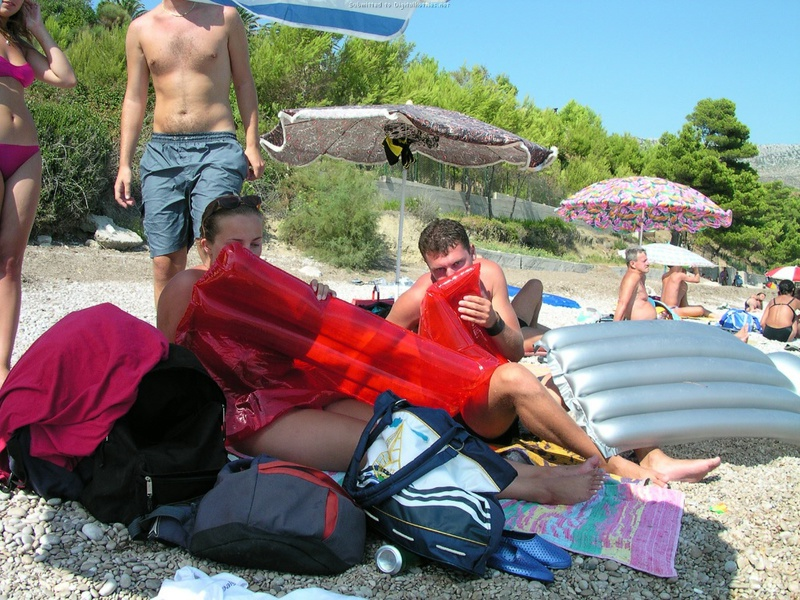 Эффектная баловница обнажила дойки на пляже