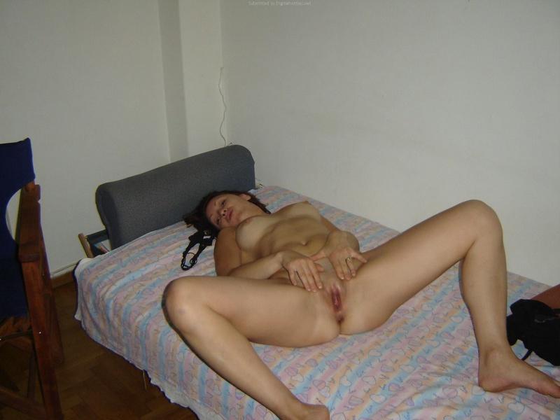 Привлекательная байкерша раздевается в гостиничном номере