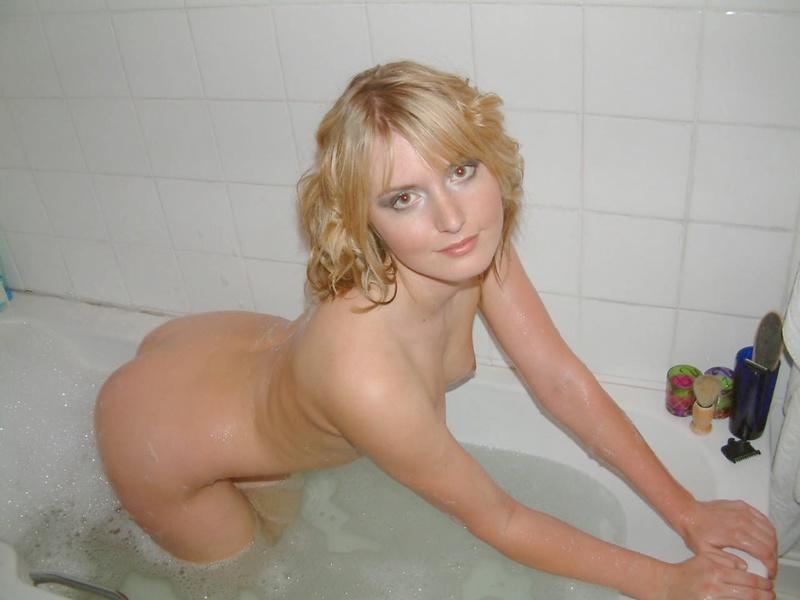 Шальная блондинка хвастается прелестями в ванной