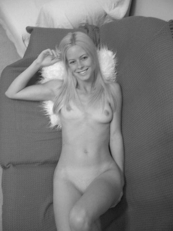 Худенькая блондинка оголилась в спальне