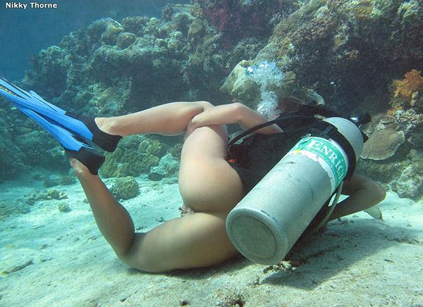 Аквалангистка красуется пилоткой под водой