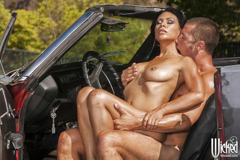 Опытная брюнетка отдалась трахальщику на машине