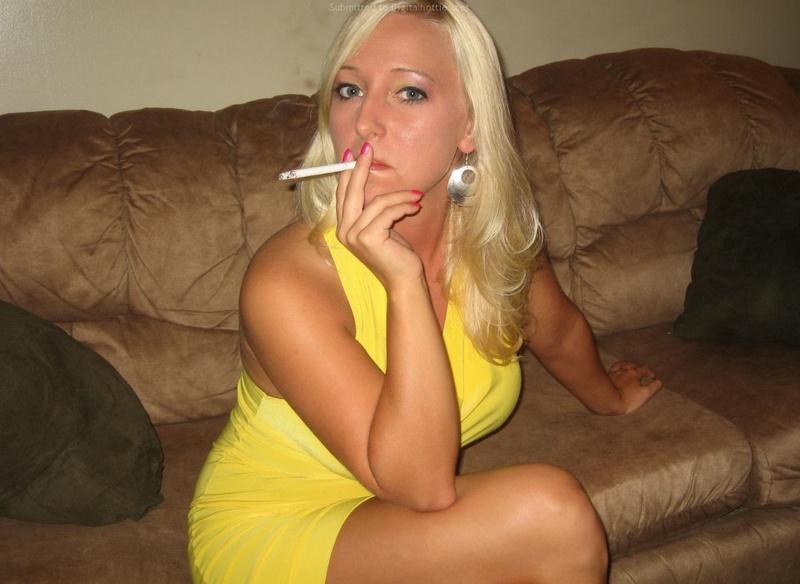Блонда с сигаретой показывает прелести