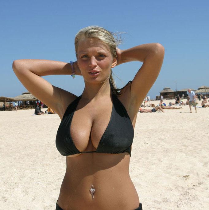 Грудастая бестия прогуливается топлес без лифчика на пляже