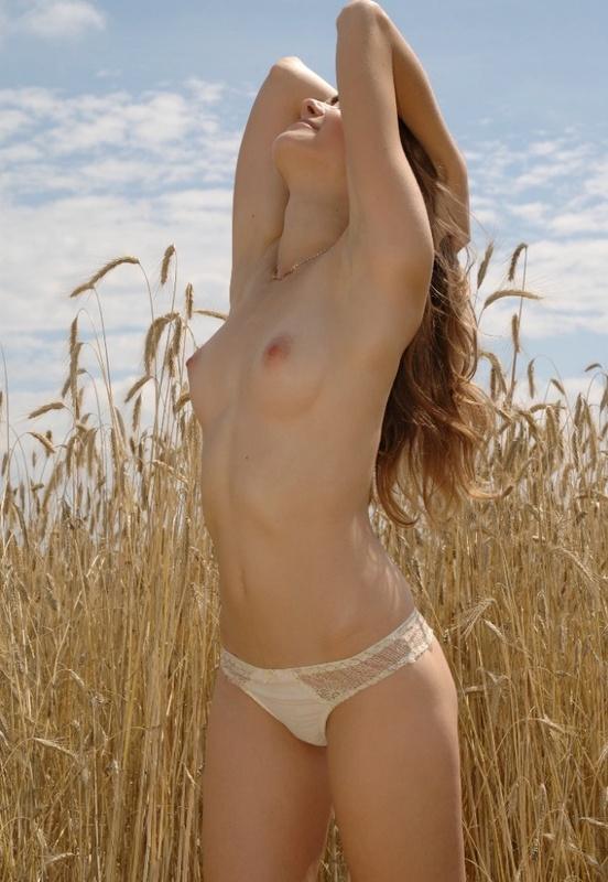 Колхозница устроила косовицу безволосой писюхой