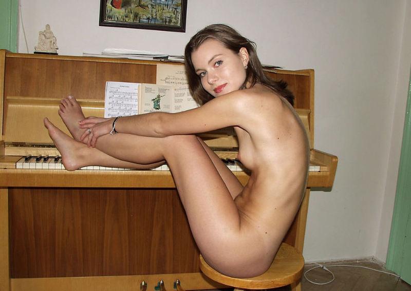 Голая музыкантша возле фортепьяно