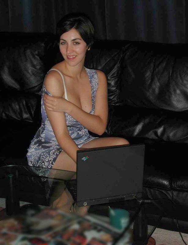 Фифа сверкает волосатым лобком на кожаном диване