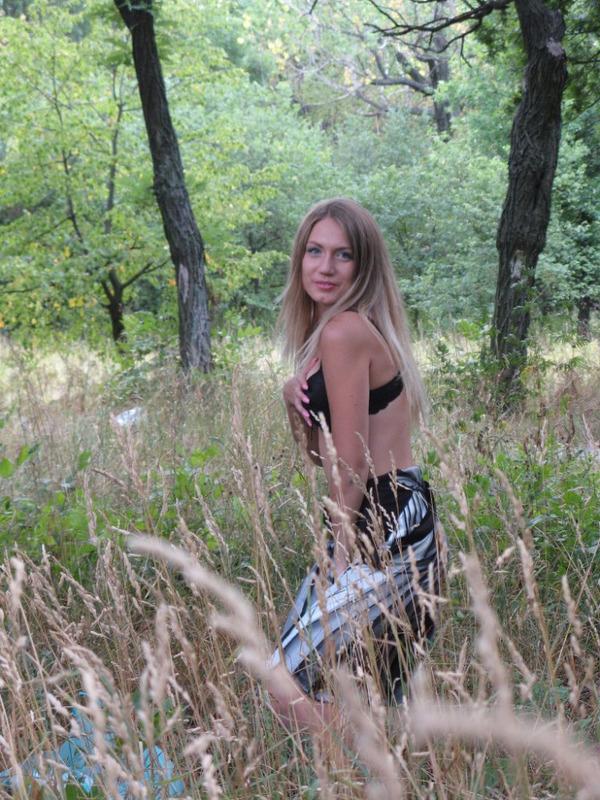 Выбралась в лес и осталась топлес