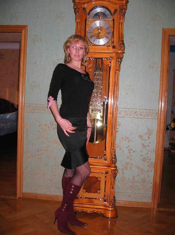 Мадам в сапогах искушает оголенной плотью