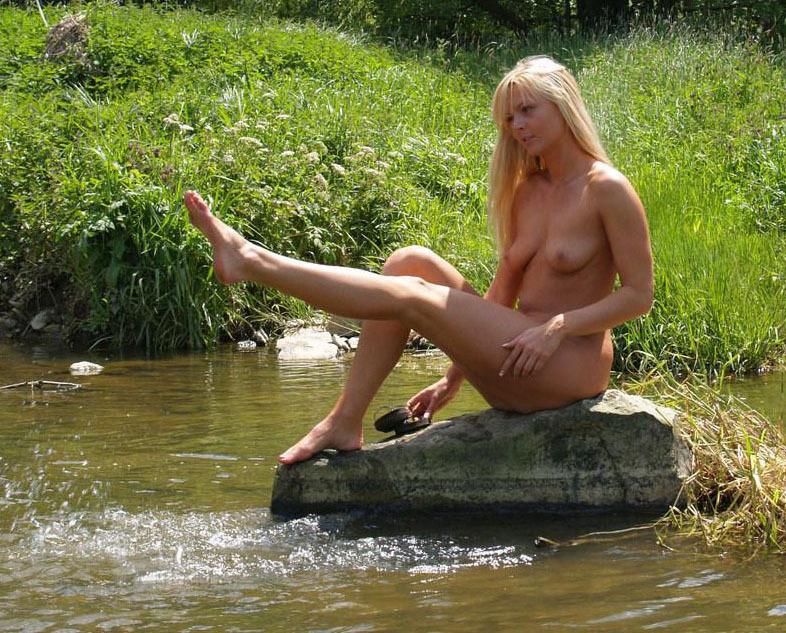 Деревенская красотка голышом на речке