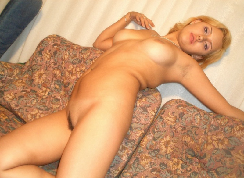 Шикарная блондинка с волосатой промежностью