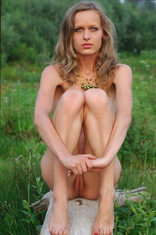 Худощавая блондинка нагишом на природе