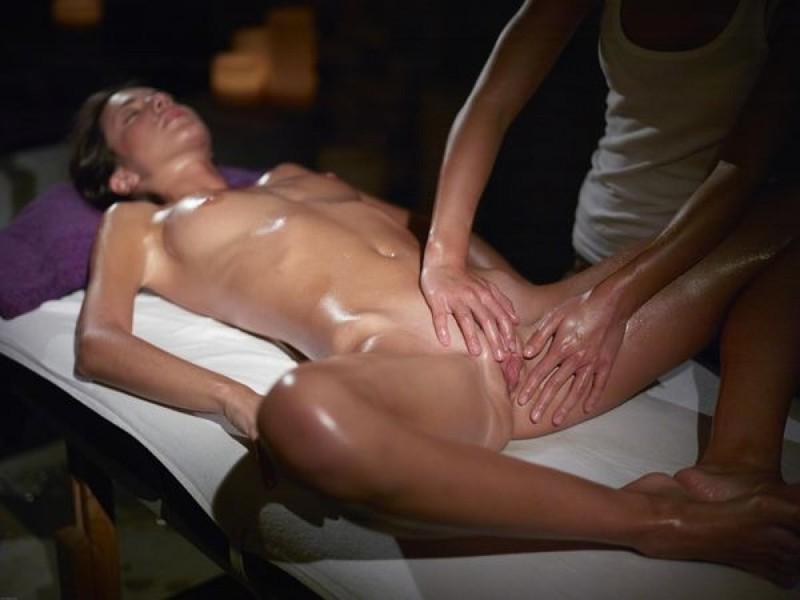 Красотка посетила интимный массаж