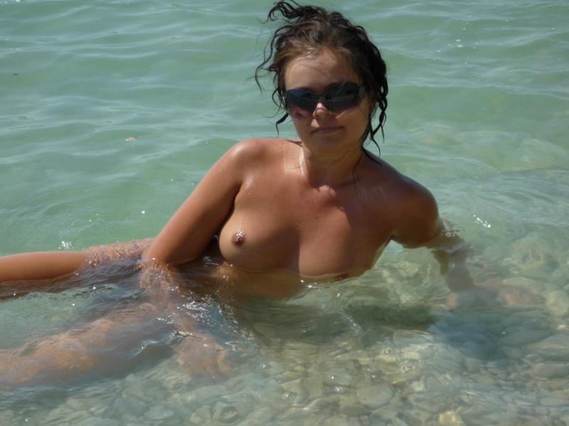 Давалка хвастается красивым телом на пляже