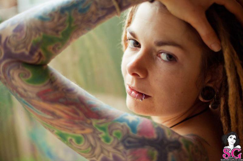 Прожженная шалашовка с татуировкой на груди