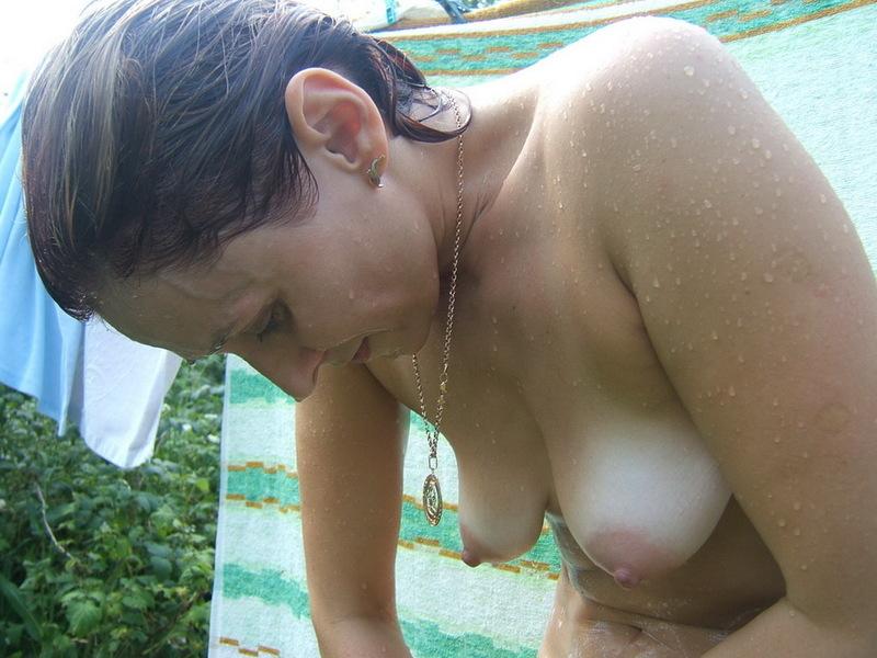 Бывалая мамаша бреет пилотку на заднем дворе