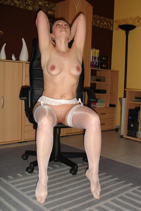 Раздетая секретарша извивается перед начальником
