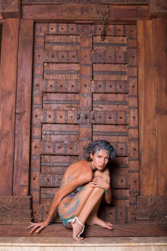 Дистрофичка Галя позирует перед дверью