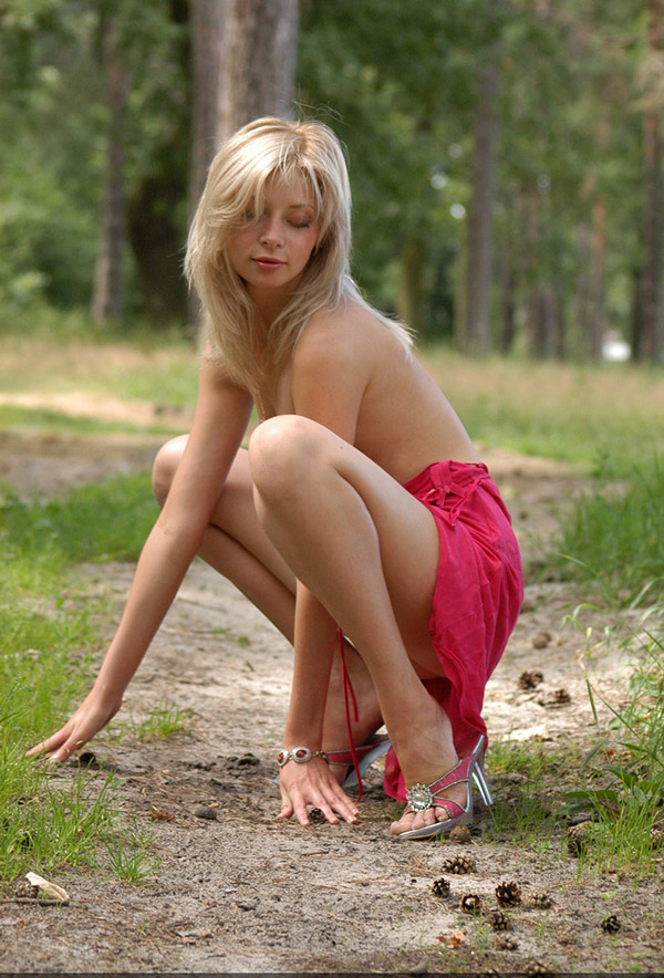 Медсестра разделась наголо в лесу