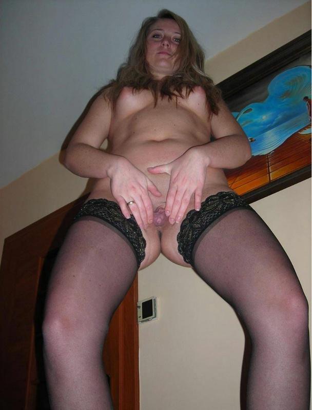Раздвинула половые губы и показала мокрую вагину