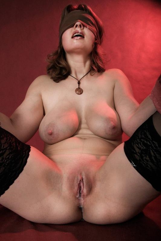 Связанная женщина в сперме
