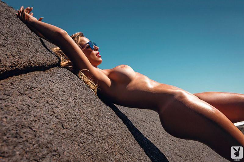 Жаркая красотка позирует голая