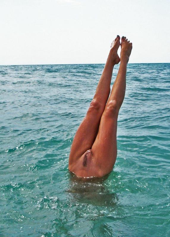 Зрелая мамзель сверкает на пляже большими сиськами