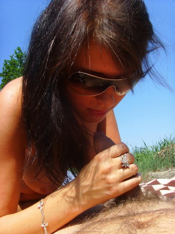 Голая стройняшка делает минет на природе