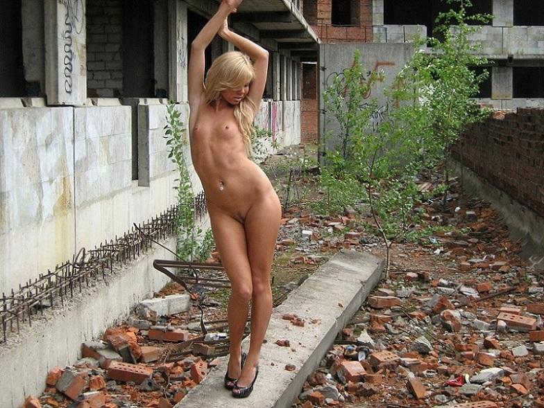 Модель проветривает интимные места в заброшенном доме