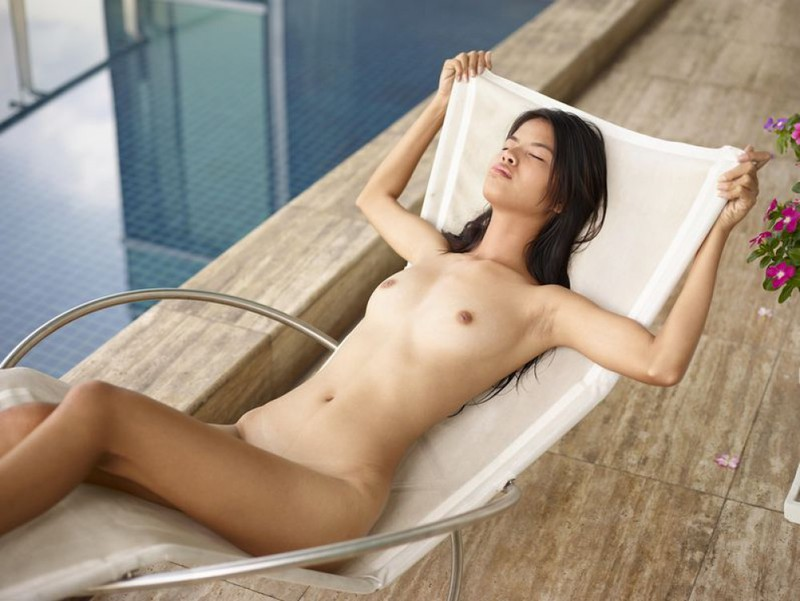 Пышногрудая азиатка оголилась возле бассейна