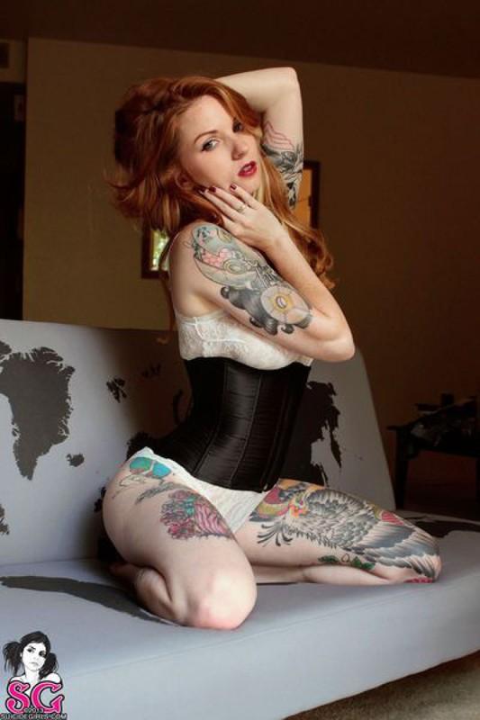 Любительница тату в откровенных позах
