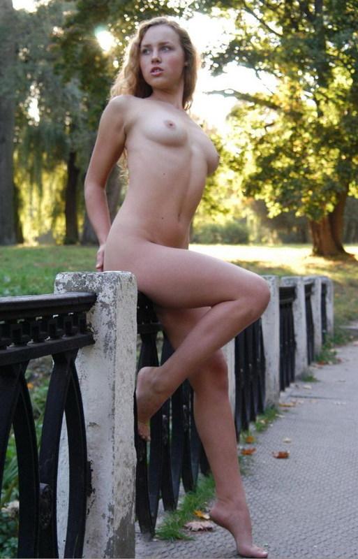 Голая мамзель прогуливается по двору старого особняка