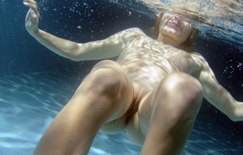 Пловчиха оказалась голой под водой