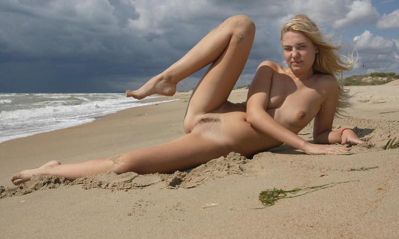 Обнаженная фифа развлекается на пляже