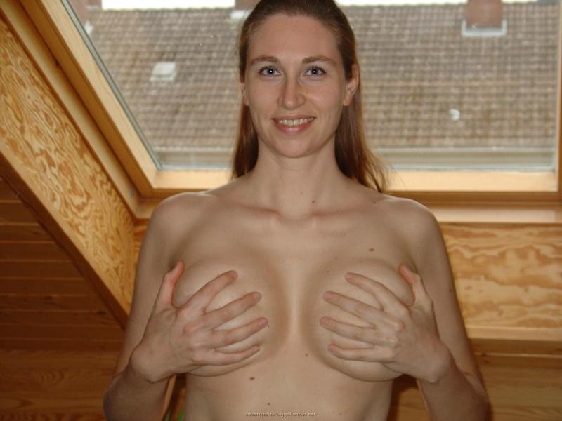 Сисястая мамаша показывает кучерявую вульву