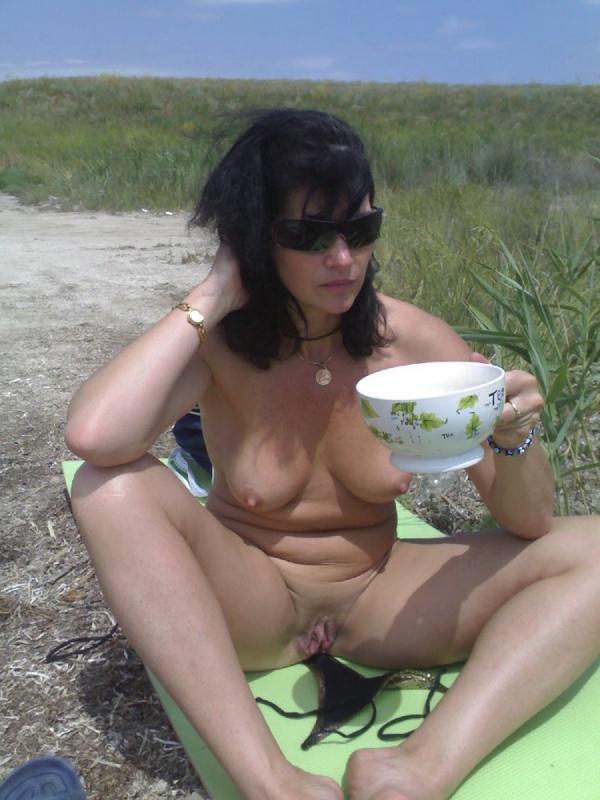 Зрелая искусительница разделась на пляже
