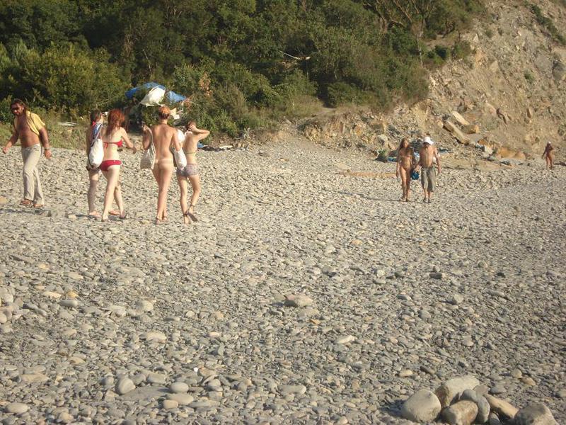 Голая парочка позируют на пляже