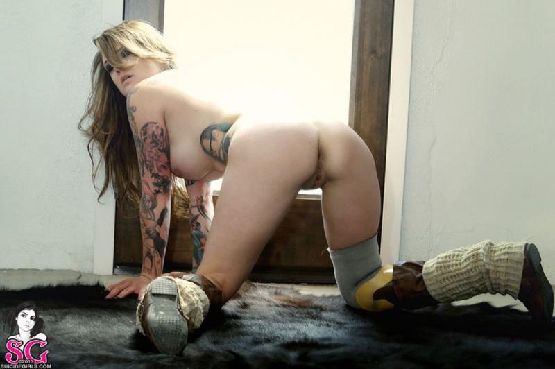 Девушка хвастается большими бидонами и щелкой