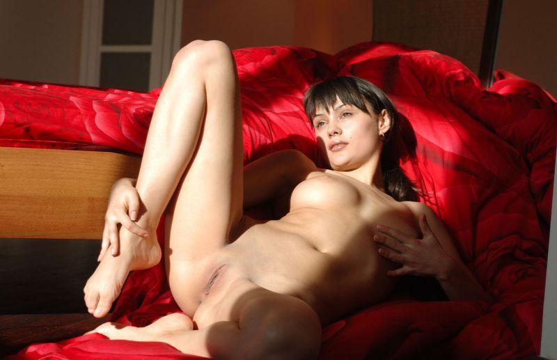 Стюардесса обнаженная извивается на кровати