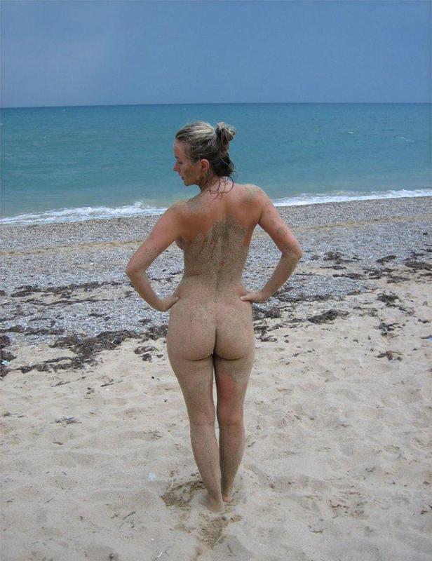 Развратная бестия обнажилась на побережье океана