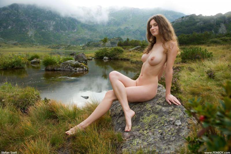 Стерва голой позирует на природе
