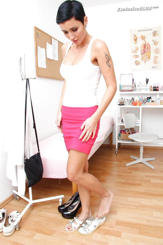 Брюнетка показала матку и влагалище на приеме у гинеколога