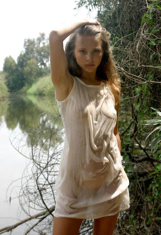 Худенькая зазноба обсмотрела грудь в тропическом лесу